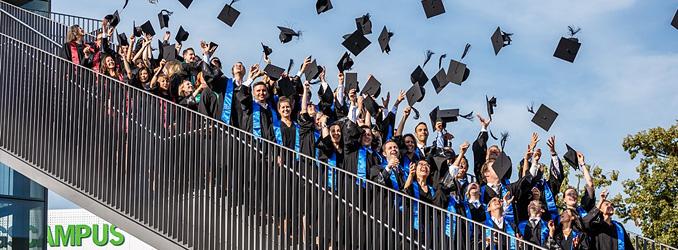 Master-Studierende feiern ihren Abschluss