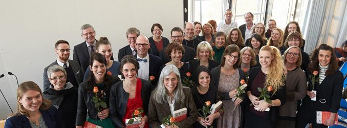 Die ersten Master-Absolventinnen und Absolventen des Fernstudiums Kindheits- und Sozialwissenschaften feiern an der Hochschule Koblenz